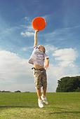 boy catching frisbee - Stock Image - B7KEYM