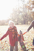 Grandparents playing in park with grandson - Stock Image - DE4605