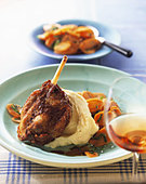 Turkey shank with mashed potato and carrots - Stock Image - BJJJEW