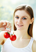 Girl holding tomatoes - Stock Image - CNMYXP