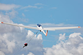 Grob 103 Acro glider on launch wire. - Stock Image - CY4A8K