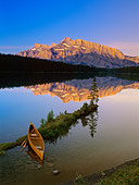 Canoe at Two Jack Lake at Sunrise, Banff National Park, Alberta, Canada. - Stock Image - CFAM77