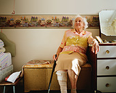 Elderly woman in her room - Stock Image - AJJX77