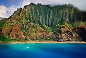 Tourist boat along Na Pali coast (aerial), Kauai, Hawaii - Stock Image - BFAHJD