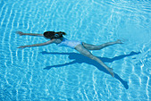 Woman swimming in pool - Stock Image - BJK1GF