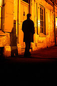 man with waiting in the shadows - Stock Image - BB66B1