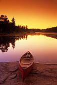 Canoe along Whiteshell River, Whiteshell Provincial Park, Manitoba, Canada. - Stock Image - ANFWRG