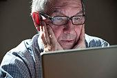 Older man using laptop computer - Stock Image - CWW2PW
