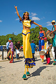 Young lady walking on stilts, Artisans Market near Plaza de Armas, Havana, La Habana Vieja, Cuba - Stock Image - A4D1HW