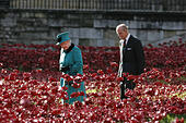 London, UK. 16th October, 2014. Her Majesty The Queen and the Duke of Edinburgh visit the Tower of London © SimonJames/Alamy Live News - Stock Image - E8XY3G