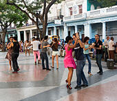 dancers on a Sunday evening, Prado avenue, Havana, Cuba - Stock Image - E62AC8