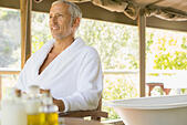 Man relaxing in spa - Stock Image - E59R3C