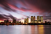 canary wharf at night - Stock Image - APCDTJ