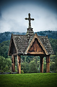 Wooden chapel at cemetery in Norway. - Stock Image - CWNPWA