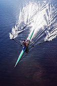 Man rowing scull on lake - Stock Image - E185YK