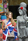 Stables Market, Camden Town, London, UK. 14th September 2014. Crowds gather around the new statue to the late singer Amy Winehouse by her father Mitch Winehouse. © Matthew Chattle/Alamy Live News - Stock Image - E7CXN3