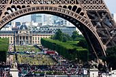 Crowds under Eiffel Tower and on Champ de Mars, Paris, France. - Stock Image - CC5BEK