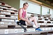 Sprinter preparing, putting on prosthetic leg - Stock Image - E5WW4D