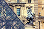 Equestrian statue of Louis XIV in the courtyard of the Musée du Louvre, Paris, France. - Stock Image - C507T5