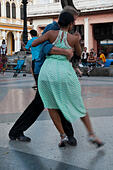 Vertical view of Cubans dancing Tango in the street in Havana, Cuba. - Stock Image - F099HF