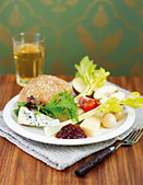Ploughman's lunch (UK) - Stock Image - BJPGEA