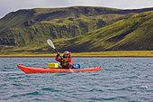 Man rowing kayak in lake - Stock Image - CNKTBX