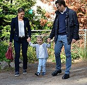 epa04367248 Swedish Princess Estelle (C) arrives for her first day of pre-school with her parents Crown Princess Victoria (L) and Prince Daniel (R) near Stockholm, Sweden, 25 August 2014. The pre-school 'Aventyret' (Adventure) is located in Danderyd, just outside of Stockholm.  EPA/ANDERS WIKLUND / TT  SWEDEN OUT - Stock Image - E6NM6H