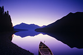 Canoe on shore, Bowron Lake Provincial Park, British Columbia, Canada. - Stock Image - ANHB1W