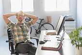 Portrait of man in office - Stock Image - EEY7F7
