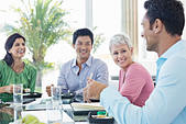 Business people smiling in lunch meeting - Stock Image - DAM6AE