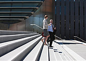 Business people walking down steps - Stock Image - E644TR