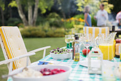 Lunch on table in backyard - Stock Image - DRC82F