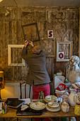 Man nailing frames to wall - Stock Image - D4K0JE