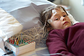 Child in a hospital out patient department undergoing an EEG or brain scan - Stock Image - C1YMK3