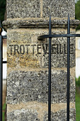 gate post chateau trottevieille saint emilion bordeaux france - Stock Image - BEAW0W