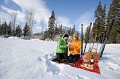 Middle-aged couple enjoys picnic lunch - Stock Image - AJ8TFG