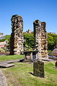 Castle Ruins from St. Marys Churchyard, Scarborough, North Yorkshire, Yorkshire, England, United Kingdom, Europe - Stock Image - CXBDGH