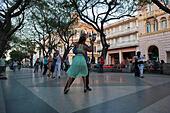 Horizontal view of Cubans dancing Tango in the street in Havana, Cuba. - Stock Image - EX4CW0