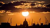 London, UK. 22nd July, 2015. UK Weather: Sunset over St. Paul's Cathedral © Guy Corbishley/Alamy Live News - Stock Image - EY6J7F