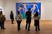 Tourists look at a Matisse painting at the Museum of Modern Art (MOMA) in New York, New York. - Stock Image - DDEM7F