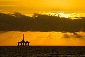 Las Palmas, Gran Canaria, Canary Islands, Spain. 7th November, 2014. Weather: Drilling platform being towed in to Las Palmas port on Gran Canaria at sunrise. © ALANDAWSONPHOTOGRAPHY/Alamy Live News - Stock Image - EA5XM2