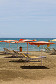 Umbrella's and sunbeds on Finikoudes Beach, Larnaca - Stock Image - E1MGT4