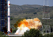 Taiyuan, China's Shanxi Province. 27th Aug, 2015. A Long March-4C rocket carrying the Yaogan-27 remote sensing satellite blasts off from the launch pad at the Taiyuan Satellite Launch Center in Taiyuan, capital of north China's Shanxi Province, Aug. 27, 2015. The satellite will mainly be used for experiments, land surveys, crop yield estimates and disaster prevention. © Yan Yan/Xinhua/Alamy Live News - Stock Image - F14BX8