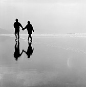 Romantic couple on Bude beach Cornwall UK - Stock Image - ANPWD6