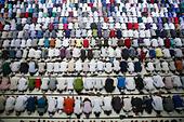 Dhaka, Bangladesh. 19th June, 2015. Thousands of Bangladeshi Muslim people gather at Baitul Mukarram mosque for first Friday prayer during the holy Ramadan. © Suvra Kanti Das/ZUMA Wire/ZUMAPRESS.com/Alamy Live News - Stock Image - EW892R