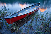 Canoe at Waterfowl Lake, Banff National Park, Alberta, Canada - Stock Image - CFBNTB