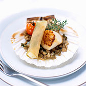 Fried scallops on artichokes - Stock Image - BJK5FW