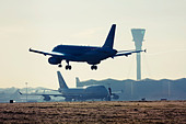 Airplane landing at London Heathrow Airport. - Stock Image - C507PX
