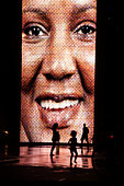 Silhouettes of people in front of the Crown Fountain interactive video sculpture in Millennium Park. - Stock Image - DDDFMC