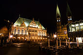 Night veiw of the Markt, Bremen showing the Rathaus and the Dom of St Petri. - Stock Image - E6RATE